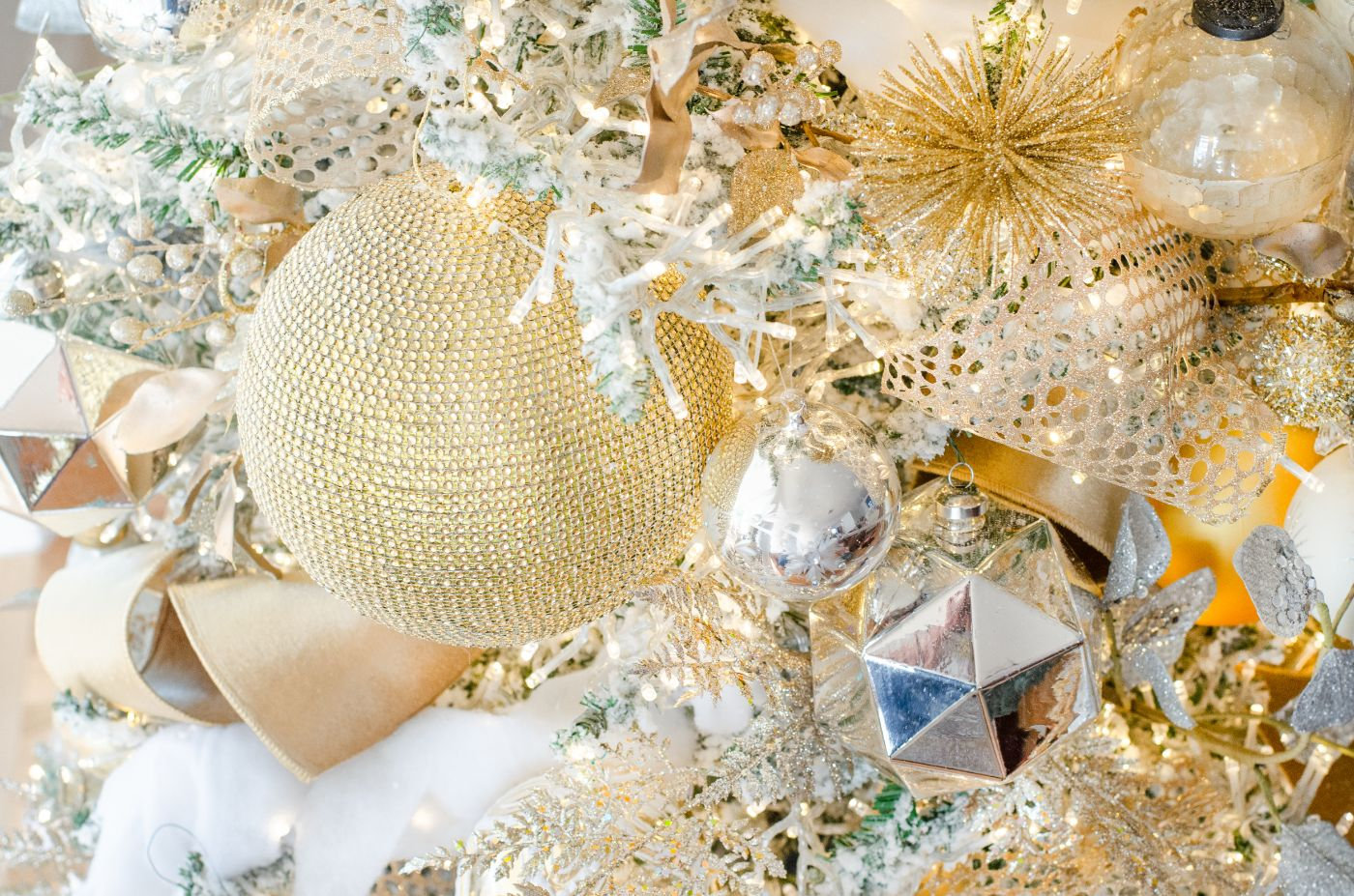 Classic White and Gold Christmas Tree – Living Room Sources